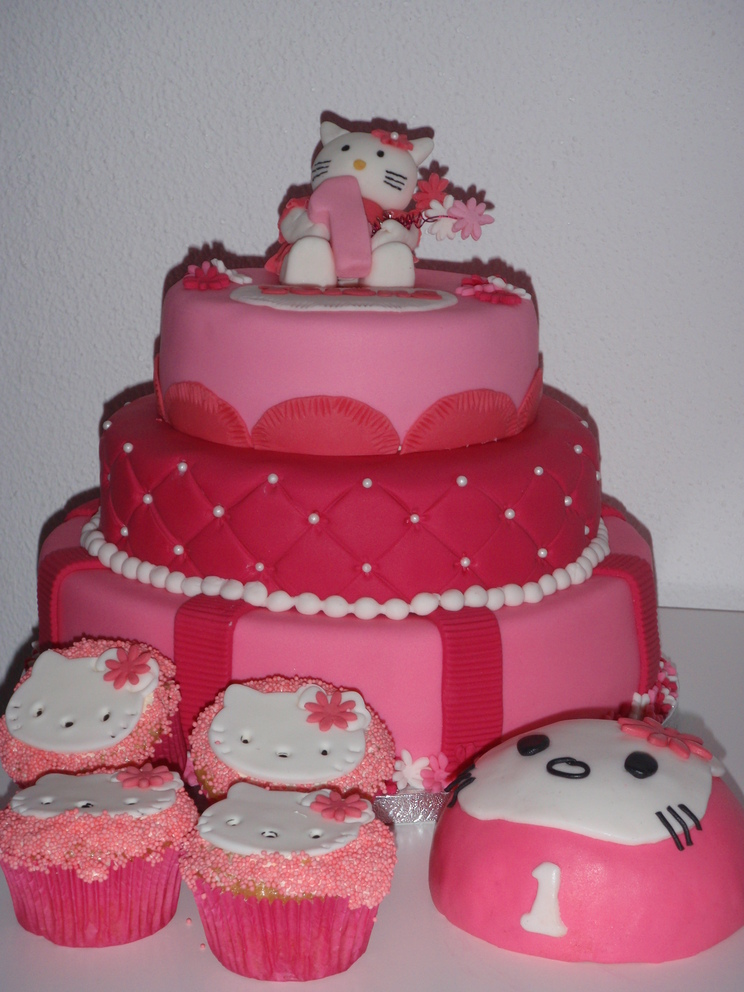 Kindertaart Hello Kitty meptaartje cupcakes Stapeltaart